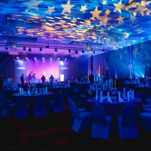 oświetlenie sali podczas eventu wieczornego