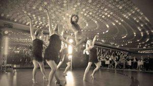 tancerki i akrobata na evencie w hotelu